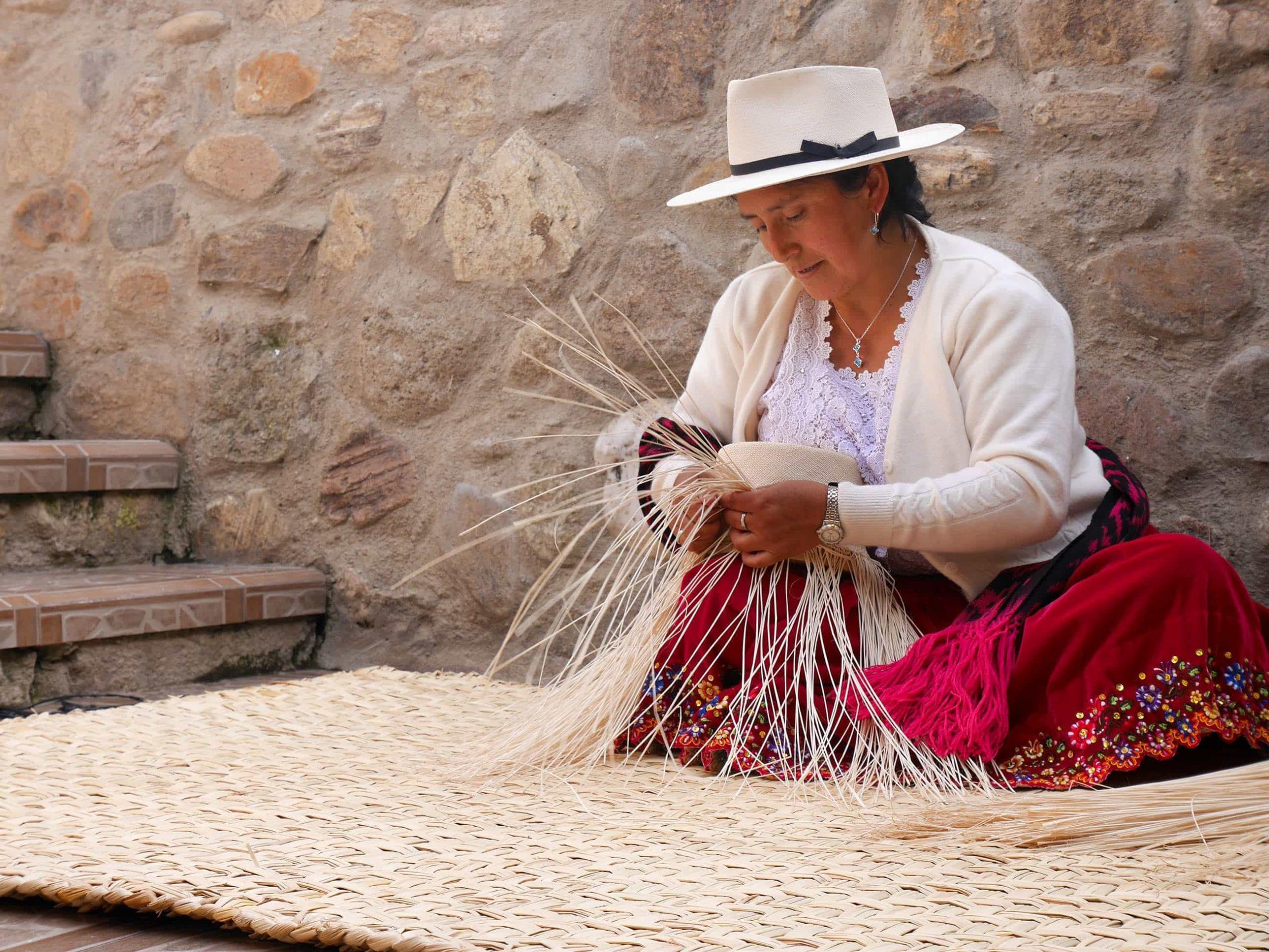 female_hat_weavers_hand_weaving_panamas_ecaudor